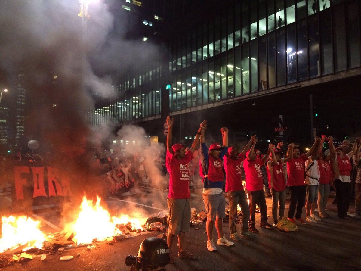 Manifestantes protestam nas ruas de SP contra o golpe parlamentar! #ForaTemer https://t.co/pHIcIokVZz