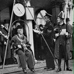 في بريطانيا كان يتم وزن العمدة الجديد عند استلام منصبه ويتم وزنه مرة أخرى في نهاية فترته إن زاد وزنه يتم معاقبته. https://t.co/gdhAp9rERB