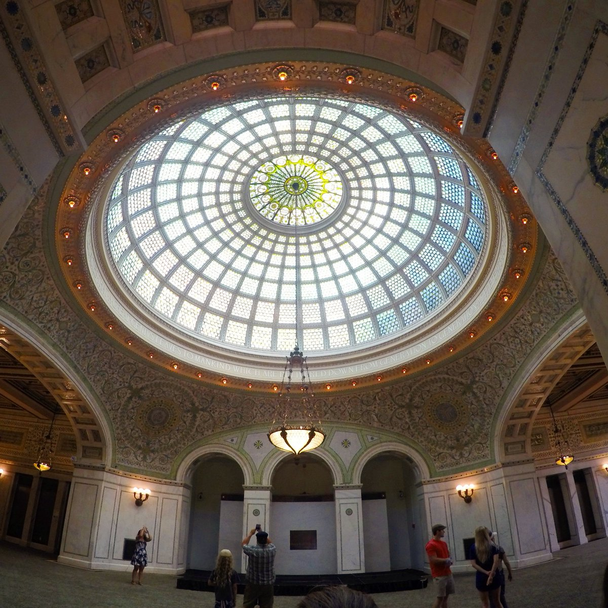 Did you know the Chicago Cultural Center is home to the world's largest Tiffany glass dome? Beautiful #familytravel https://t.co/NExTeMFjhR