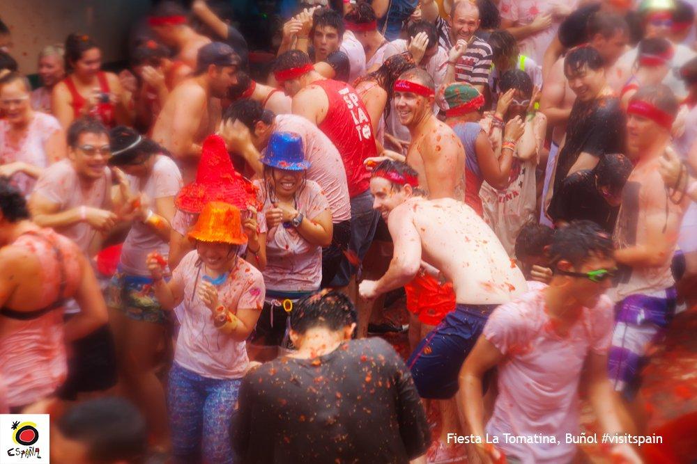 明日8月31日はブニョールのトマト祭り。このトマトを投げ合うお祭りは、毎年8月の最終水曜日に開催。昨年の海外からの参加者はイギリス人に次いで日本人が2位で全体の約1割。一生の思い出にトマトまみれになってみませんか?? https://t.co/cgDpPdhBfH