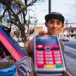 Morador de rua usa máquina de cartão para pedir esmola no semáforo. https://t.co/49aJLv5dyJ https://t.co/Dhk2ksJeB6