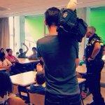 Het @jeugdjournaal op bezoek! Voor item over voorlichting in klas #nepvuurwapens #levensgevaarlijk. Vanavond kijken! https://t.co/cSGzeWGnVh