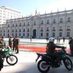 Tiñen roja pileta en la Moneda y lanzan gorras militares por impunidad en caso de DDHH Día del detenido desaparecido https://t.co/JvKrdlwX8S
