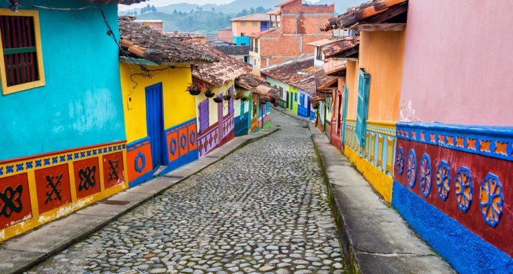 30 minutes until our #CheapOairChat abt #travel and #volunteering in South America with co-host @Dontforget2move! https://t.co/a2tCQgPmSk