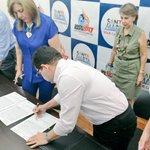 El Alcalde @mrafael70 y directora de @Coldeportes, @ClaraLuzRoldan firman convenio para escenarios de los @JJBB2017. https://t.co/4ZtdeiXbz3