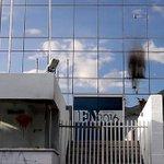 Jornal é atacado com fezes em chamas por grupo pró-governo na Venezuela https://t.co/bKP8Z0jCVm https://t.co/jilTS23BEA