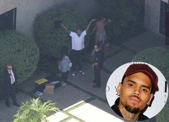 クリス・ブラウン逮捕!自宅の家宅捜索後、LA近郊の自宅から移送され、本署で銃所持の容疑で正式に逮捕起訴される見込み。窓から「捕まえてみろ!」といってドラッグと銃入りのバックを警察に投げたとも伝えられている。 https://t.co/DMBPysKDXF