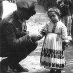 Американский генерал угощает девочку в Мариуполе. И фото времён Великой Отечественной. Найдите разницу. https://t.co/YqSDUYATNt