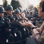 Le photographe Marc Riboud est mort. Ici, lune de ses photos (1967) à Washington, manif contre la guerre au Vietnam https://t.co/Cj8E4Z6BBY