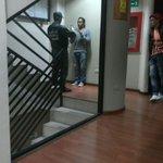 #31ago Están requisando a Activistas de @VPCalabozo en un hotel en Caracas y les toman foto con cédula en mano https://t.co/QgWc034uKV