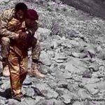 جندي يمني يحمل اسير سعودي من طيب اخلاقنا سبحان الله الكعبه في السعوديه والايمان في اليمن #سلم_نفسك_ياسعودي https://t.co/PUl0ckPIK2