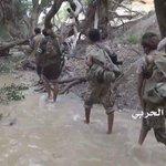 الجيش اليمني واللجان وهم في طريقهم لدك معسكرات ال سعود في #عسير حافي القدمين يمشي و بسلاح بسيط ندك معسكراتهم #اليمن https://t.co/zwNNB8TIlx