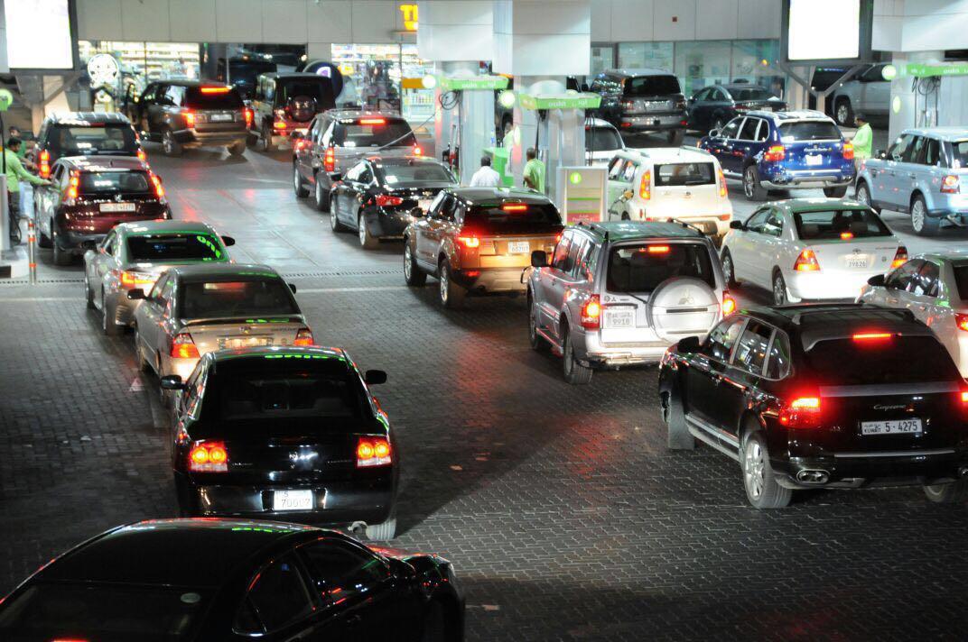 جانب من الزحام على محطات الوقود قبل ساعات قليله من رفع سعر البانزين https://t.co/aCwRGuOBJ7
