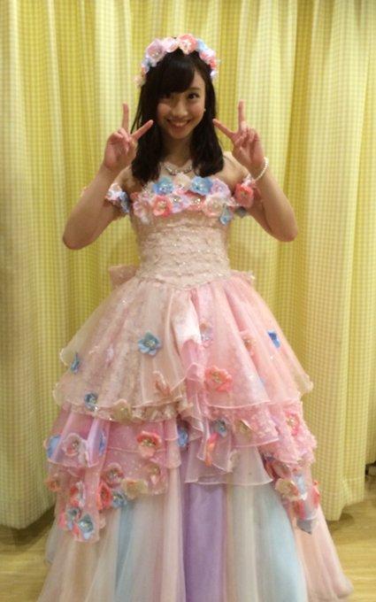 卒業公演でドレス姿の柴田阿弥