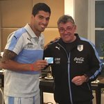 Luego de la cena en Mendoza, @wilmar_valdez hizo #SocioCeleste a cada uno de los jugadores del plantel de @Uruguay. https://t.co/voIDHC9hmX