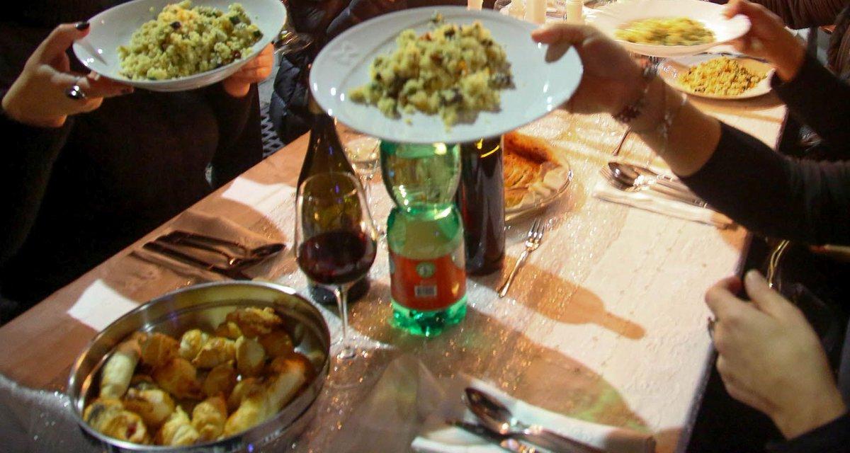 una foto di una cena. in primo piano dei primi che vengono serviti. è arrivato il risotto