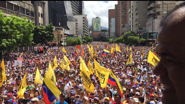 Multitud en la Fco de Miranda se extiende desde Centro Lido hasta + allá de elevado Los Ruices. #VzlaRevocaEnLaCalle https://t.co/seMOFEwkrM