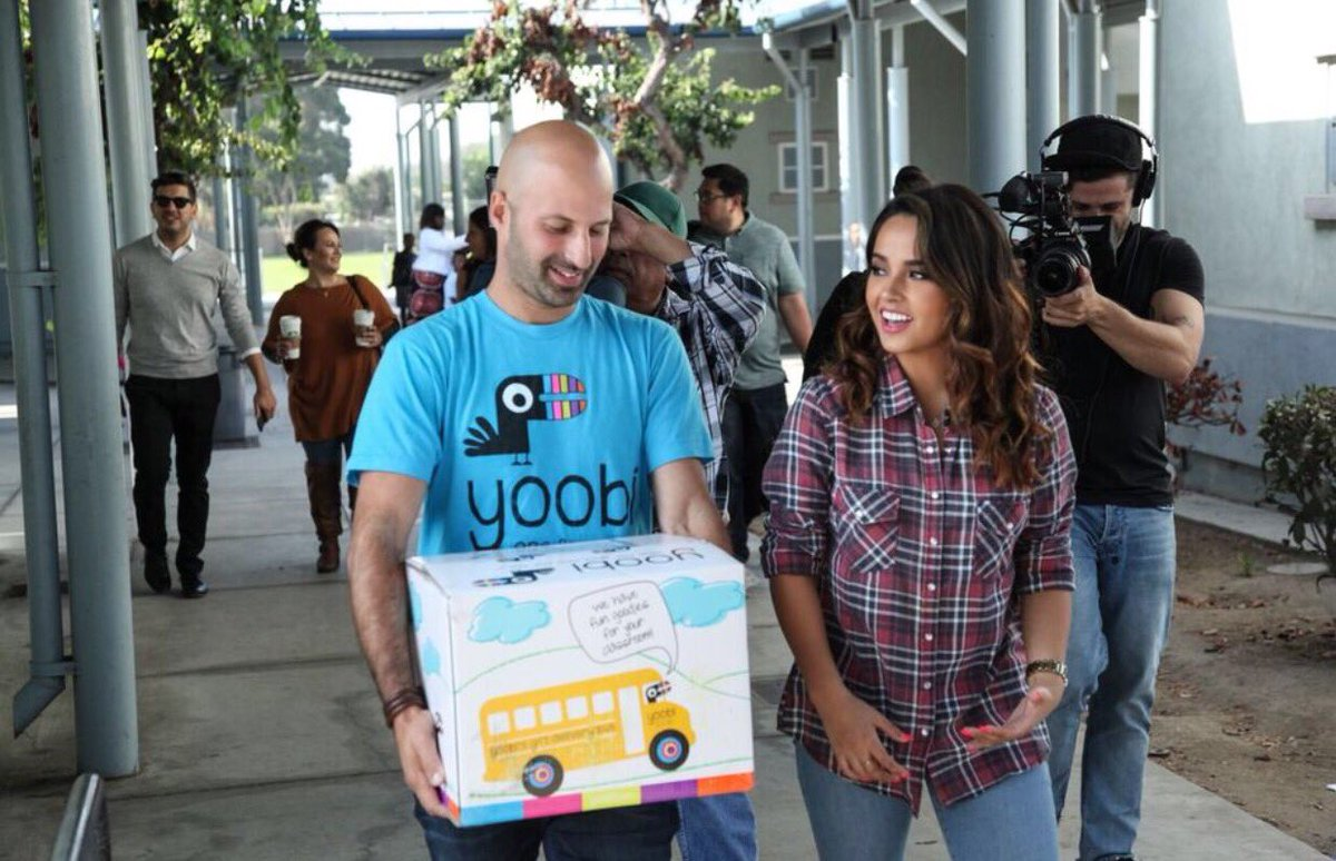 .@iambeckyg teamed up w/@Yoobigives yesterday to bring supplies to schools in need! #one4youone4me #InglewoodGiveday https://t.co/SGbjH3qxbd