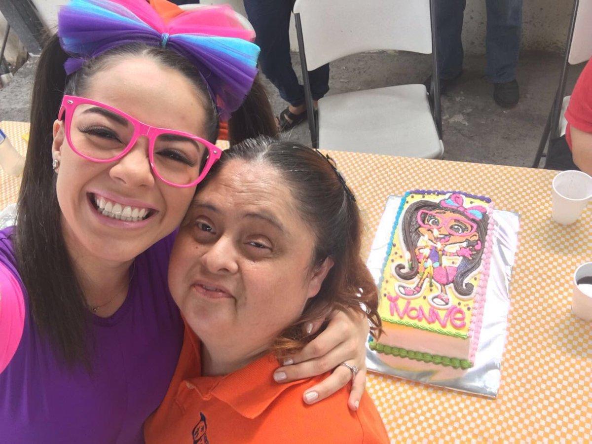 ❤️mi familia y yo estamos eternamente agradecidos con @ArelyTellez x crear el mejor cumpleaños para mi tía #Ivonne❤️ https://t.co/d0a5rNTujf