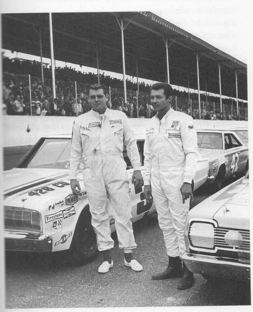 Buddy Baker & The King ready to start on the front row at Darlington in 1967. #NASCAR #NWCS #ThrowbackThursday https://t.co/1zDaZ4l6Z6