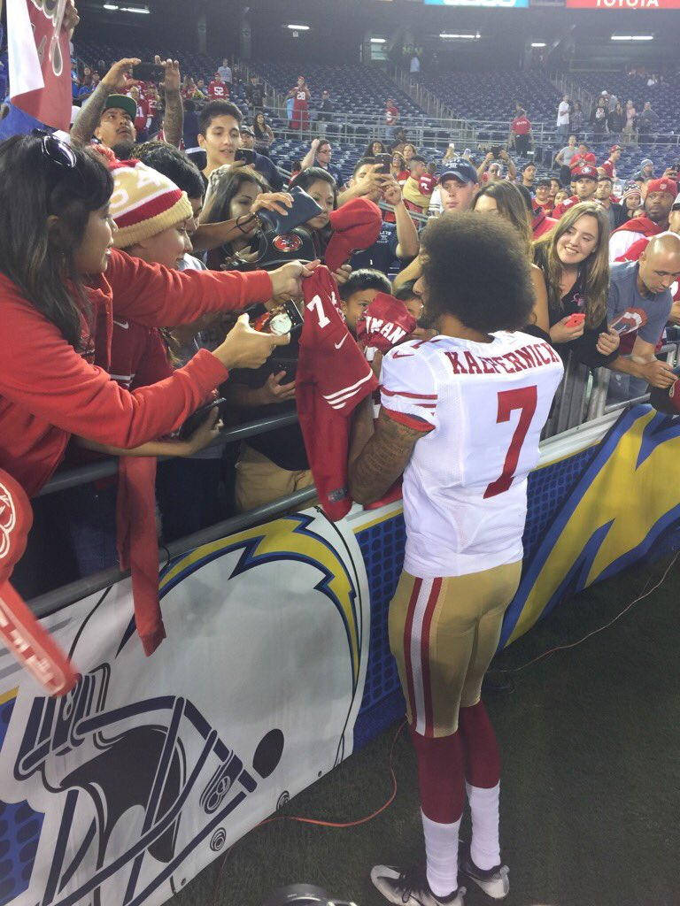 Kaepernick signing autographs after the game. https://t.co/rTwiNstbya