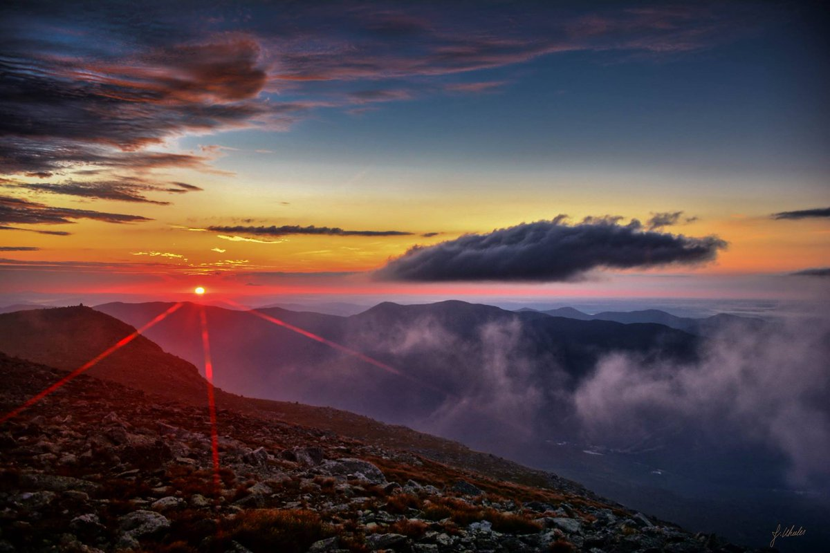 Breathtakingly beautiful sunrise from the summit of Mt Washington. Thx 2 Justin Wheeler for getting up early for it! https://t.co/BVxqp3kChx