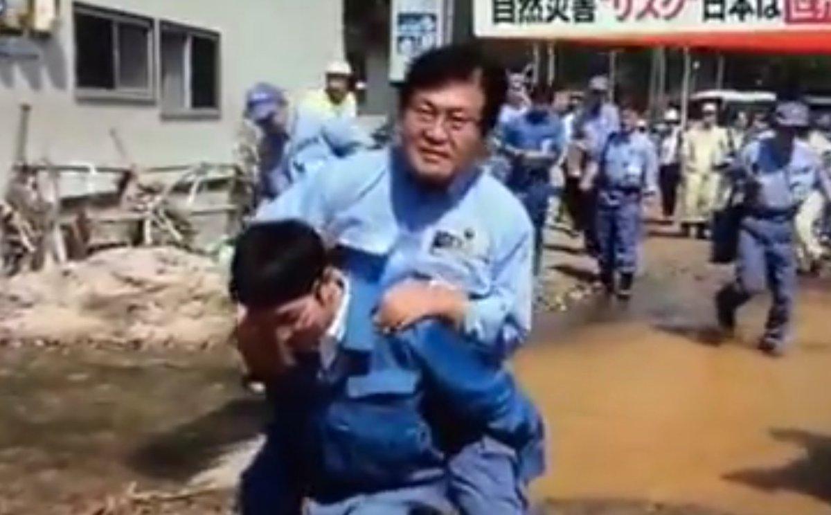 務台俊介復興政務官、台風被災地の視察で水溜りを一人で渡れずおんぶで移動。しかも報道陣に「撮すな」と釘を刺す。こんな復興政務官は嫌だ。 https://t.co/7KqgSLDoaa