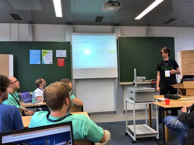 #LightningTalks just startet @pyunconf #Hamburg #Python #pyunconf with @geier #Jupyter#notebook ext @ProjectJupyter https://t.co/rfLGahUJtP