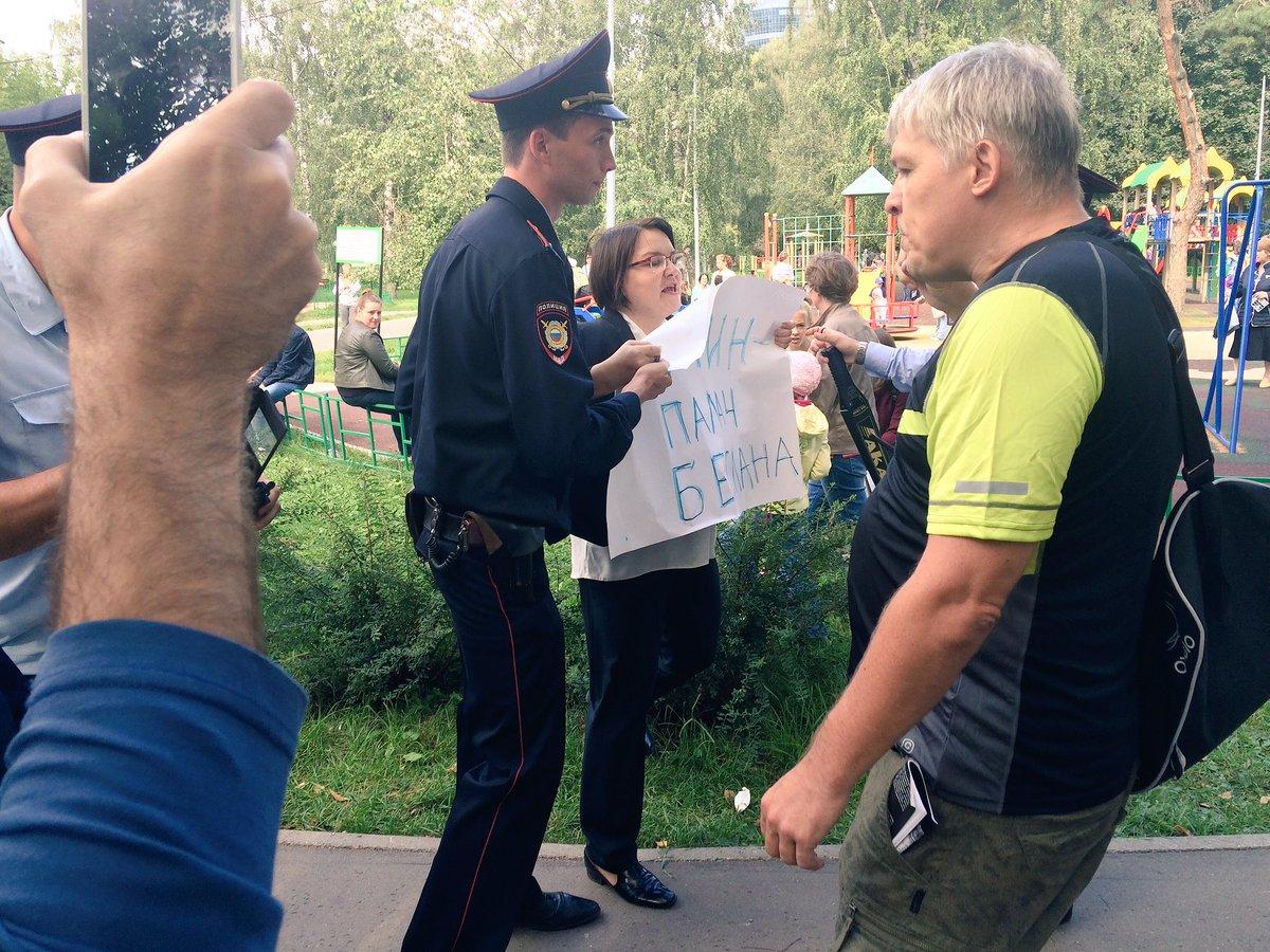 Меня задерживают за акцию в поддержку матерей Беслана. Парк Берёзовая Роща #материбеслана https://t.co/v2PjQ4ox0v