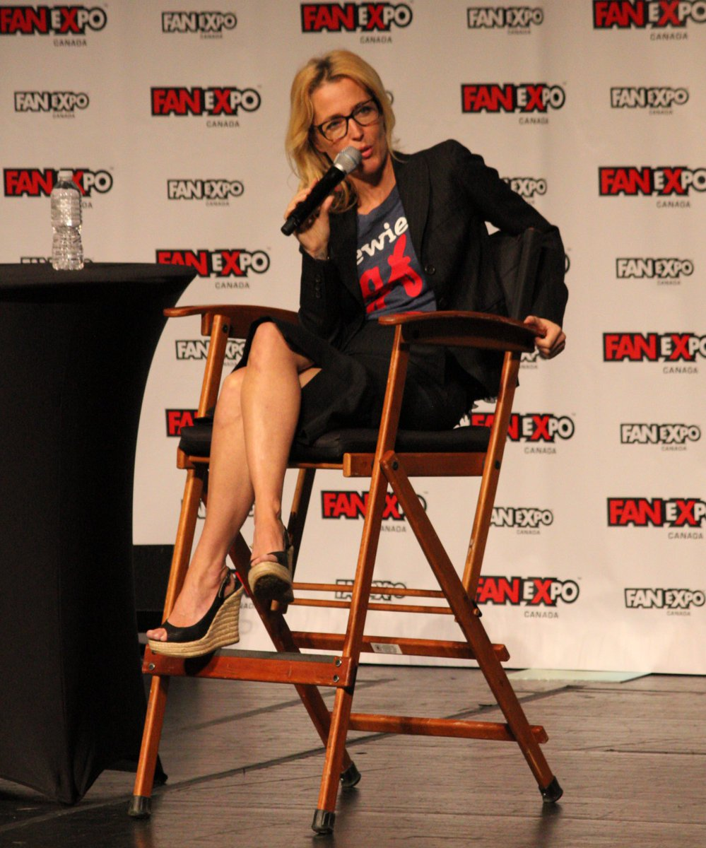 """Asked """"what would Scully tweet?"""" @GillianA says: """"Mulder, it's me?"""" #xfiles #FanExpoCan https://t.co/F2z9MPqRdk"""