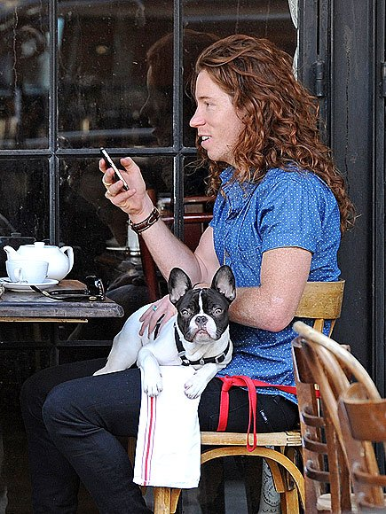 Happy birthday to champion snowboarder & dog lover Shaun White.