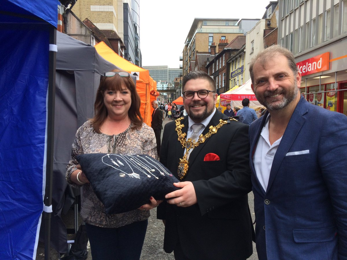 New Sunday market in Surrey St now on in #Croydon - frm clothes & street food 2 jewellery made by 925 Silver Traders https://t.co/hLyhbDDvfI