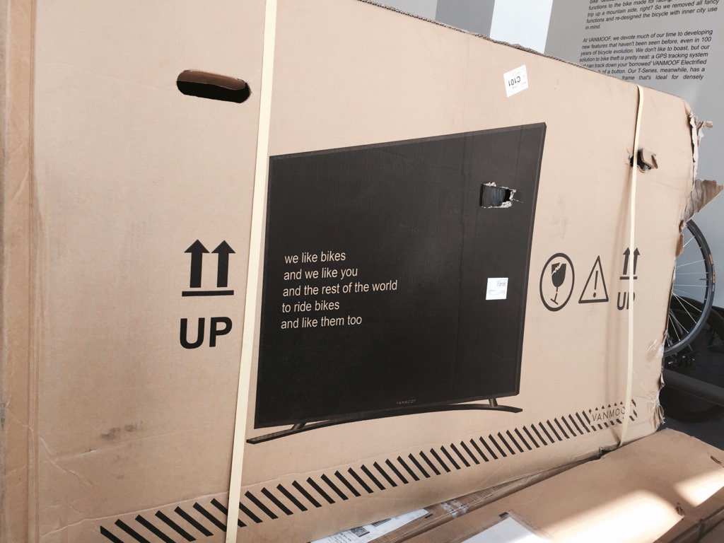 genius idea alert: @vanmoof bikes had problem with shipping damage. So it put flat TVs on its boxes. Problem solved. https://t.co/dsomNATUoY