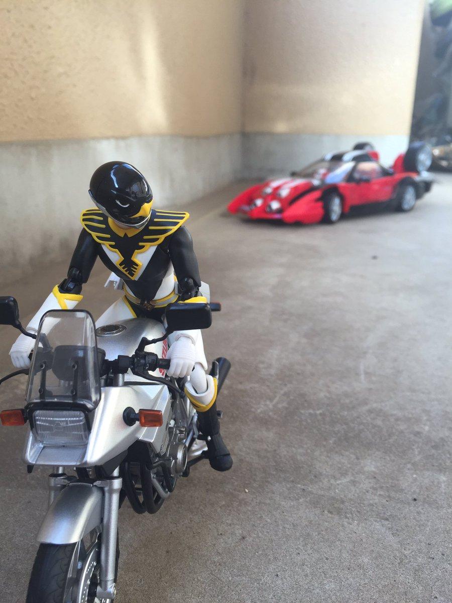 「そこのバイク!止まれ!!」「チッ、しつこいおまわりだ!」#フィギュアーツ写真部 #フィギュアーツ#フィギュア撮影友の会