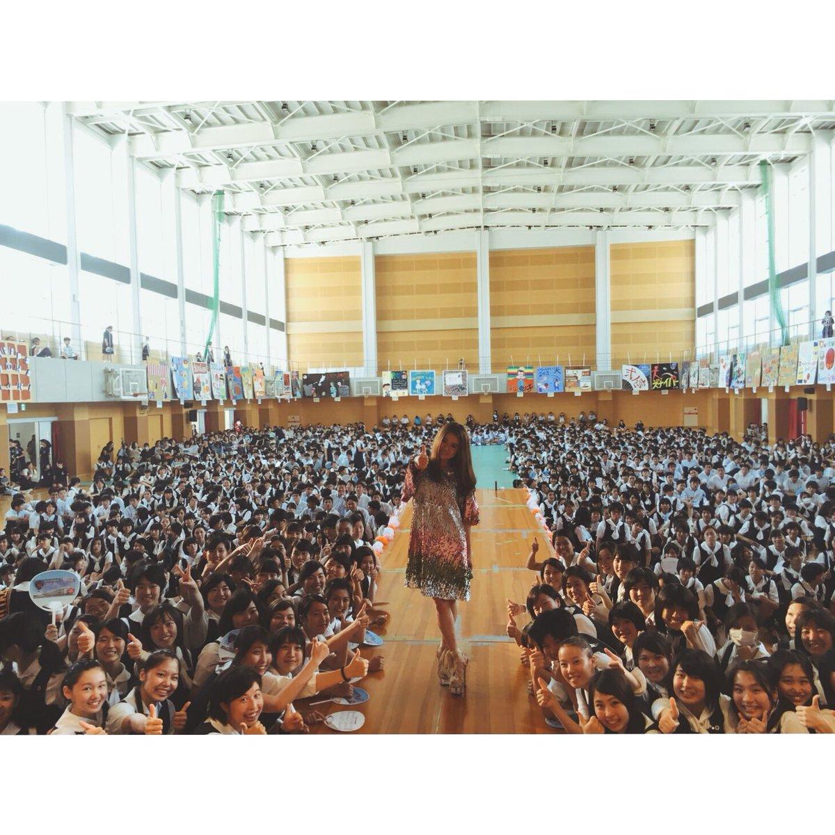 今日は佐賀清和学園へ 力強い手拍子と、女子の黄色い声援が印象的でした 清和祭大成功しますように。#清和祭 #学園祭 #ライブ https://t.co/eYlJ9sdVZG