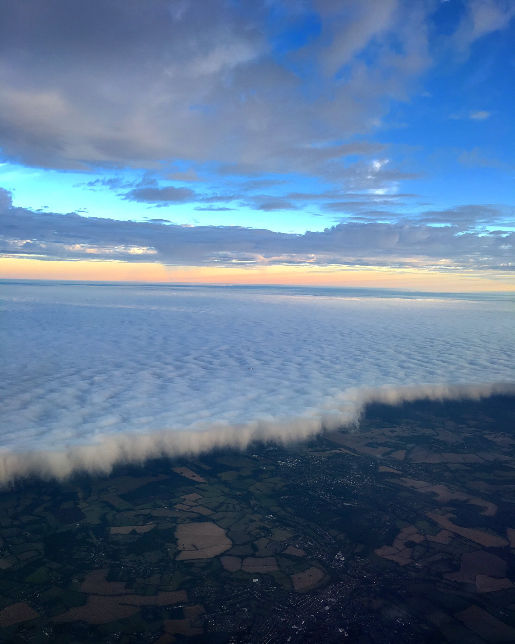 Interesting cloud formation in hold at LHR this evening @CloudAppSoc @HeathrowAirport https://t.co/yqcl1DoHR0