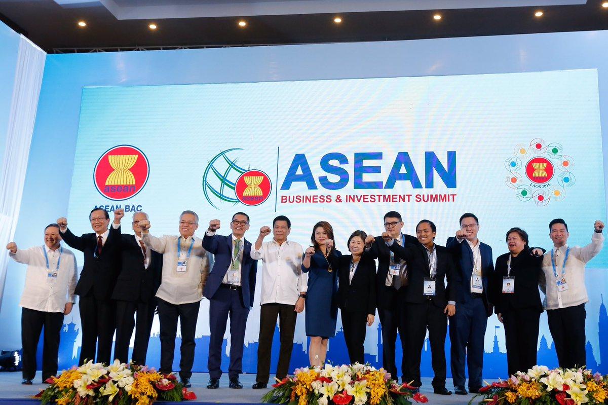 Duterte, Cabinet Members, Business Leaders At ASEAN Do The U0027Duterte Fist