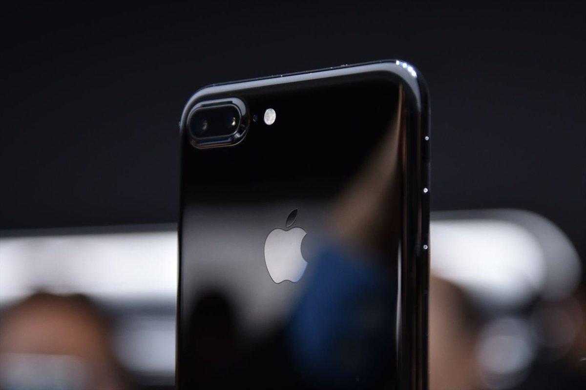iPhone 7の新色「ジェットブラック」はこんな感じ。 https://t.co/rKppnxQuDn