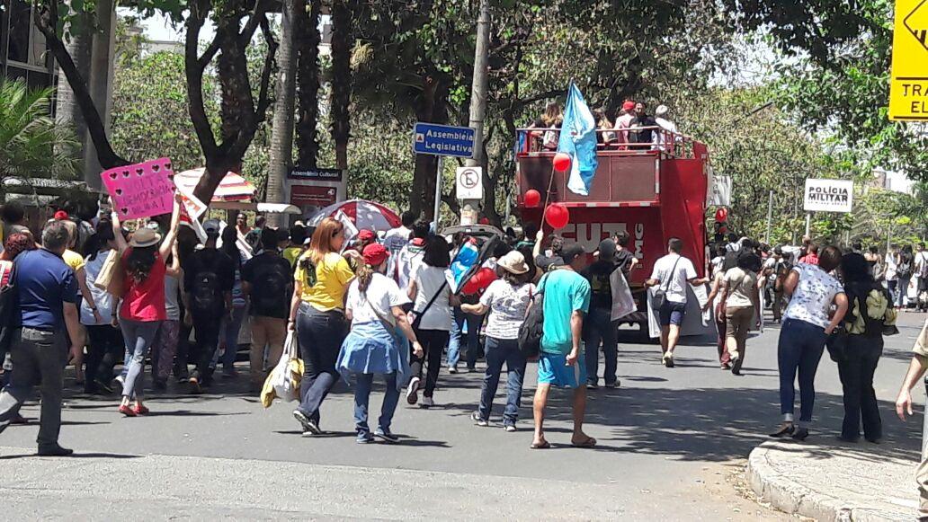 #temporeal Manifestantes contrários ao Governo Federal dirigem-se ao Hall das Bandeiras, em frente à ALMG. https://t.co/cvENRiaZuO