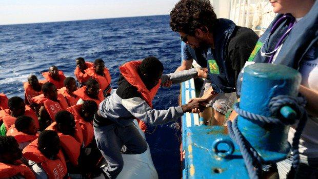 Capsizing kills 43 migrants