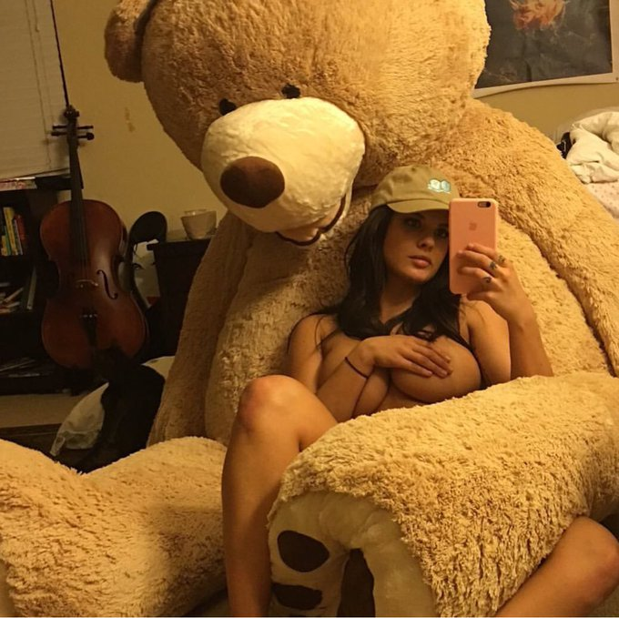 Old photo of me and bear chillin https://t.co/5Z6GxlVrZZ