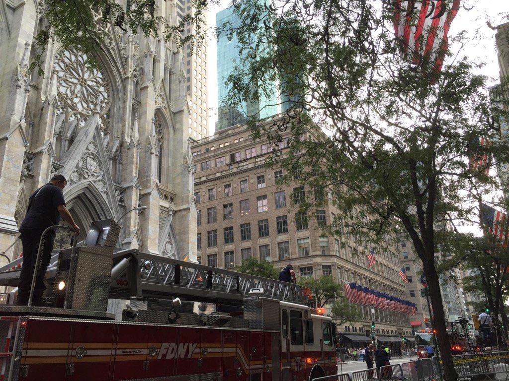 今日その五番街にある聖パトリック大聖堂では、15年前燃えるツインタワーから人々を救出するために亡くなった343人の消防士たちの魂を追悼するセレモニーが行われていた。FDNYーニューヨーク市消防局。私もあなた達のことは決して忘れない。 https://t.co/VWyspkyNAM
