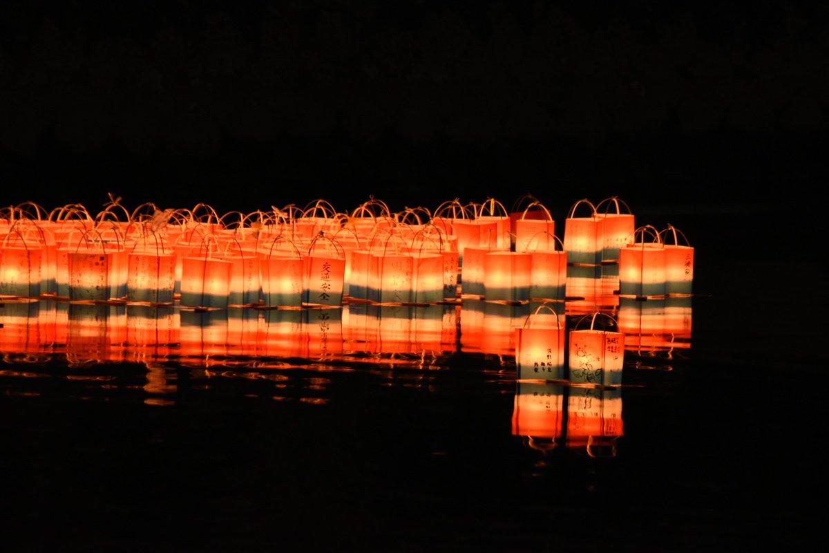 【巴川灯ろう祭り】毎年7月16日夜に行われる、清水のお盆の送り火のお祭り。家内安全や無病息災などの願いを込めて灯ろうを流