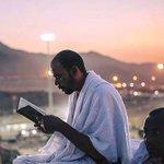 """ایک خوش نصیب حاجی مُزدلفہ سے """"رَمیِ جَمرات"""" کرنے کیلیۓ روانہ ہوتے وقت قرآن شریف کی تلاوت کرتےہوۓ ماشاالله #Hajj2016 https://t.co/6y0RovH7aa"""