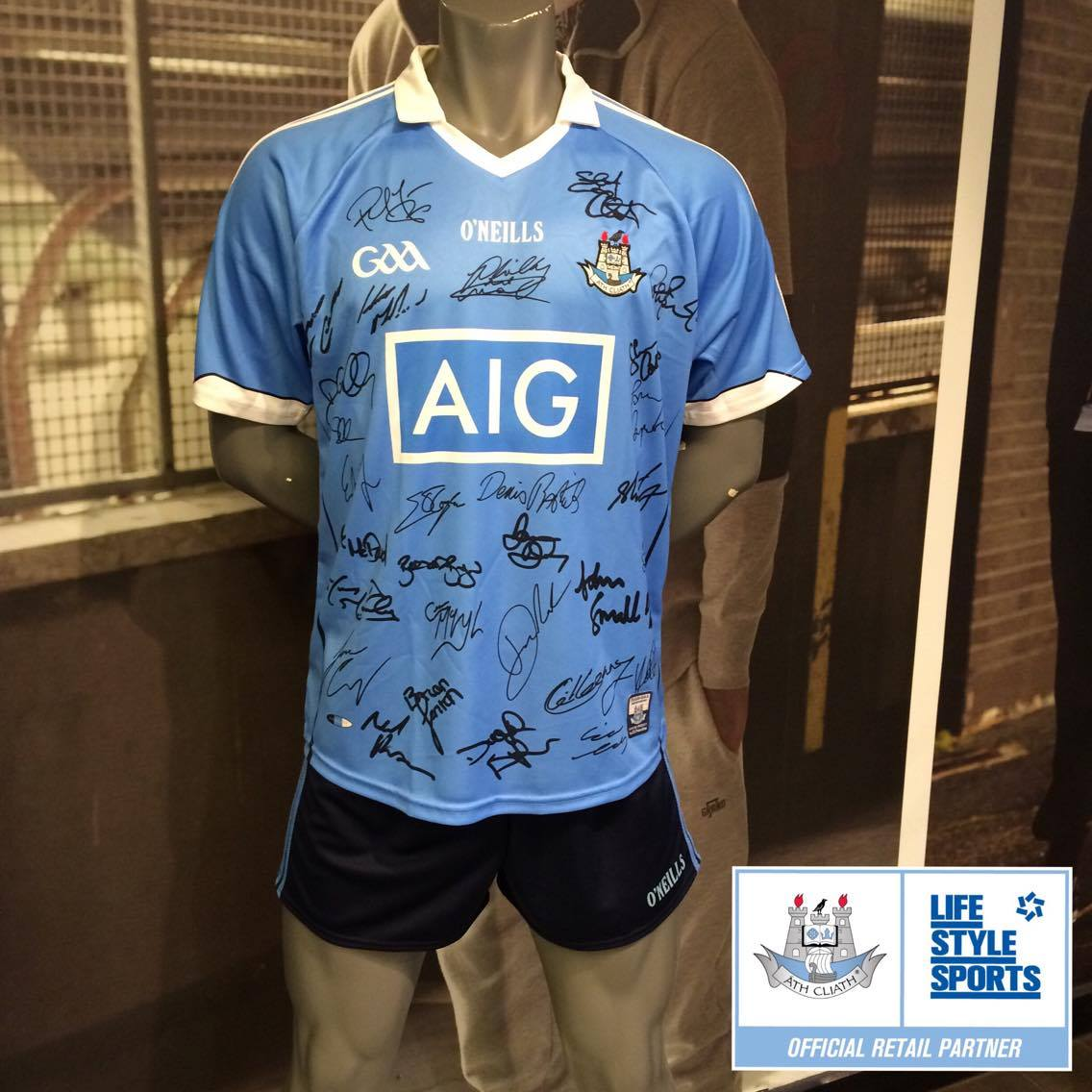 Want to win a signed @DubGAAOfficial jersey? Call into select Dublin stores and take a snap to win #COYBIB #DUBvMAYO https://t.co/Xu6DCS4LM1