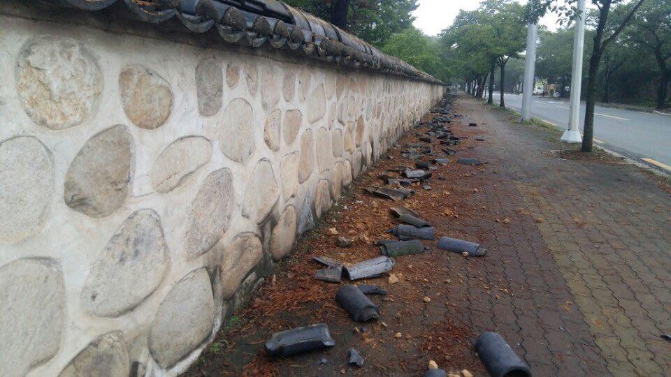 지진으로 대릉원 담벼락 기와가 많이 떨어졌다. https://t.co/MPXRQTxzFV