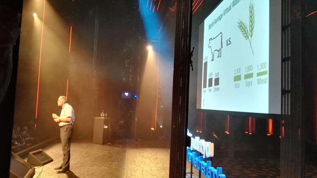 """""""A vegetarian in a hummer is better for the environment than a cyclist that eats meat"""" @MarkPost6 at #SUNLsummit https://t.co/3OSOSPDeZI"""
