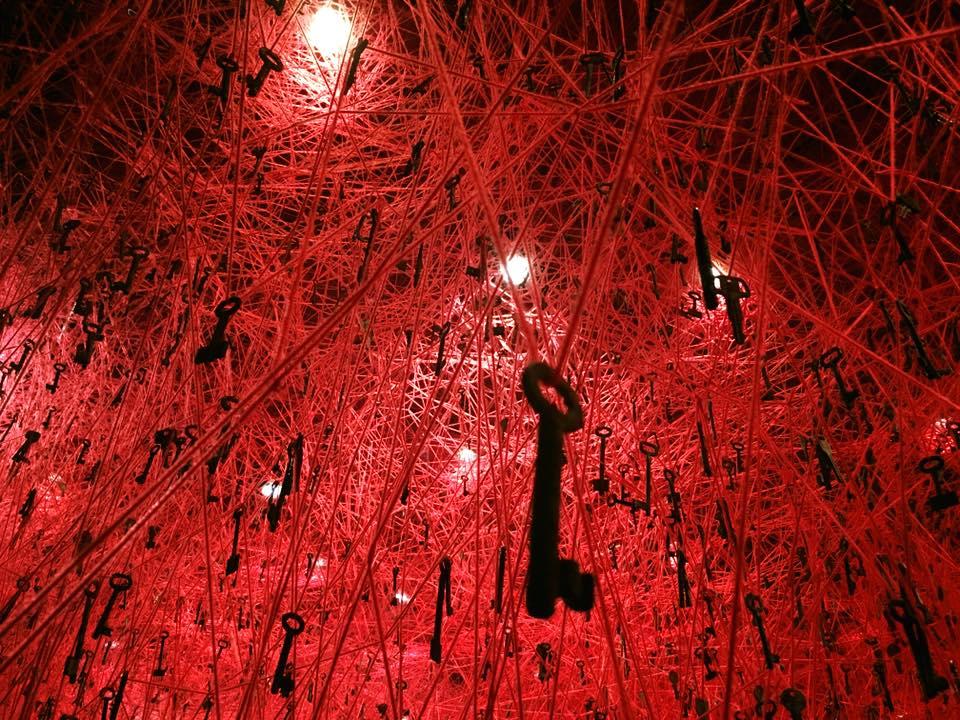 2015年のヴェネチア・ビエンナーレ日本代表にもなった塩田千春の個展がKAATで明日から開催。大量の赤い糸と鍵を使った大規模インスタレーションが見れるのは10/10まで! https://t.co/wJuJ8R9D4L #ミューぽん https://t.co/DZdp5msE6B
