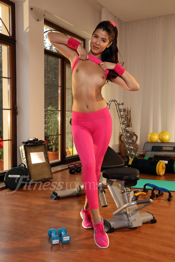 We <3 and her scene on ex0LfHeoX5 is fantastic! #yogapants #petite #pink