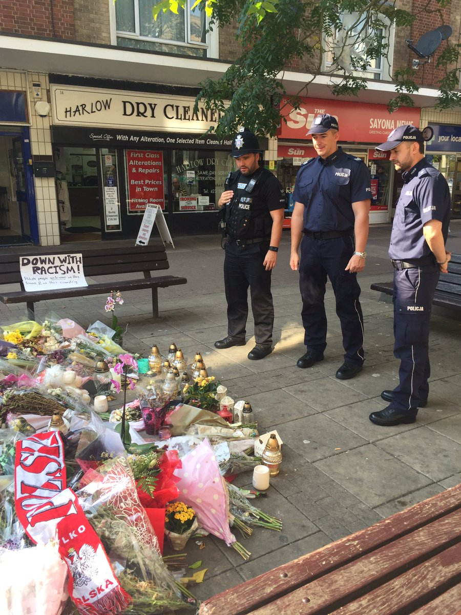 Picture = 1000 words. Polish police on beat, stop at Arek Jozwik floral tribute, Harlow #PolesinUK https://t.co/xzTv9IbZn3